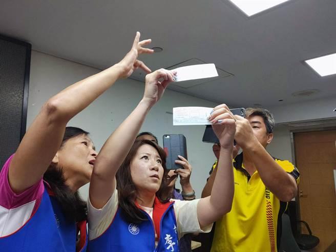 台南市議員李中岑(中)涉嫌詐領助理費案上周四被台南檢調搜索、傳喚。(本報資料照片)