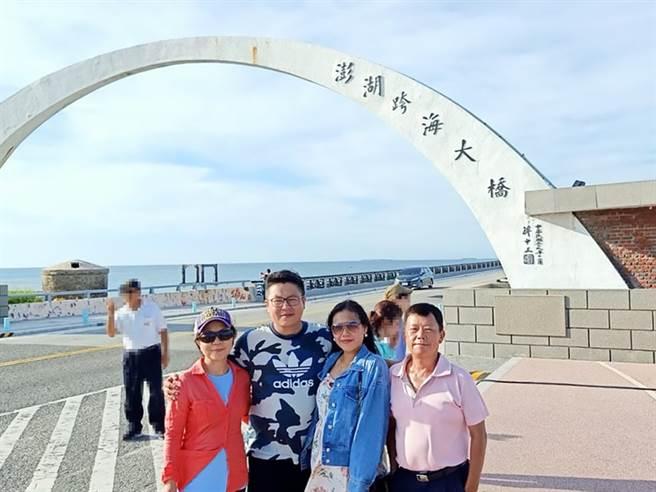 郭仕勛(圖前左二)加入永慶房屋後,時常帶著家人到處旅遊享受天倫之樂。(圖/永慶房屋提供)
