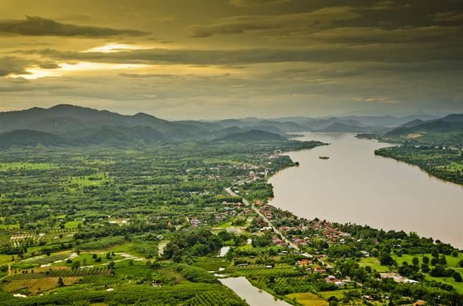 湄公河在中國境內稱瀾滄江,往南流經緬甸、寮國、泰國、柬埔寨和越南,向來是流域資源的兵家必爭之地。(圖/shutterstock)