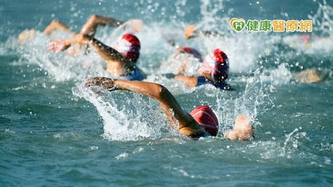 依據《美國醫師協會》一項長期31年研究發現,中老年男性和首次參與者最容易發生猝死的危險,且多發生在游泳階段。(圖/健康醫療網提供)