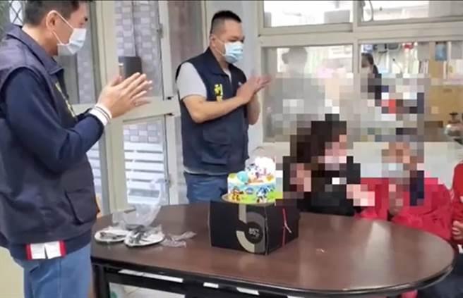員林警方貼心帶長女夫妻陪老婦人吃蛋糕慶祝。(警方提供/謝瓊雲彰化報導)