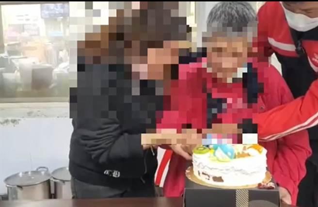 老婦人與長女失散20年,甚至已經被宣告死亡,近日在警方協助下在花蓮玉里醫院重逢。(警方提供/謝瓊雲彰化報導)