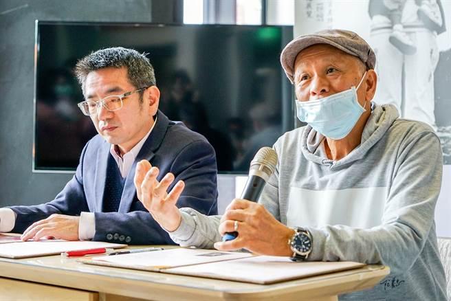 攝影家阮義忠(右)、宜蘭市長江聰淵今天盼作家黃春明能留在宜蘭。(李忠一攝)