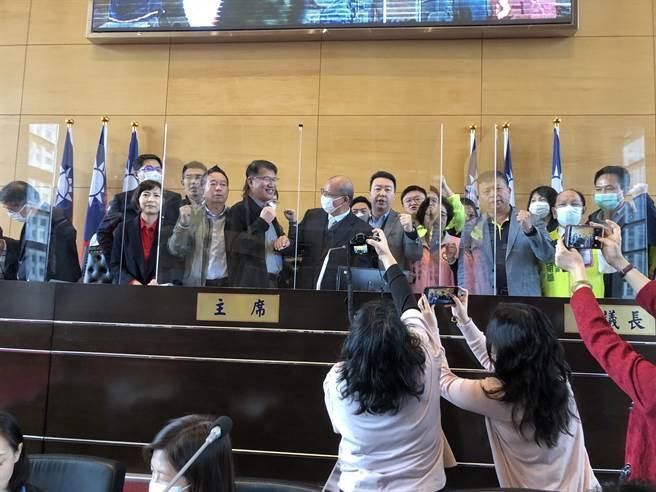 市議會民進黨團衝上主席台,要求議長召開臨時會。(陳世宗攝)