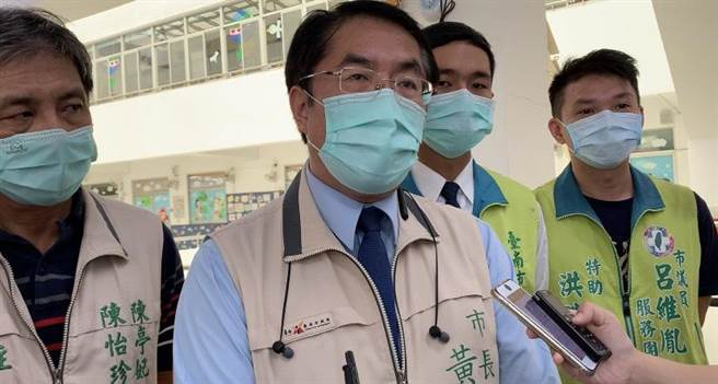 台南市長黃偉哲(左二)。(本報資料照片)
