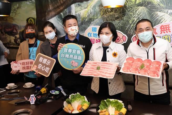 侯友宜、張麗善今天一起到火鍋餐廳吃火鍋,用行動支持台灣豬。(王揚傑攝)