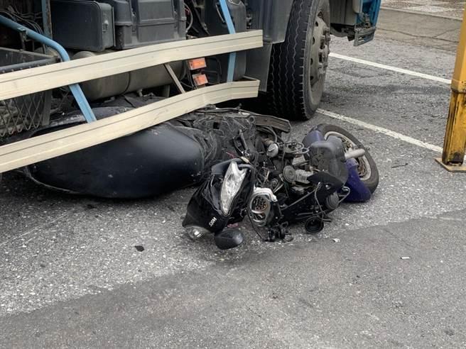 騎士剎車不及撞上迴轉的預拌車慘死輪下。(翻攝照片/蔡依珍桃園傳真)