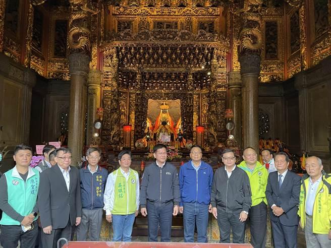 交通部长林佳龙率立法院交通委员会到新北市三峡祖师庙考察,提出三峡经典小镇整合行销规画。(记者蔡雯如摄)