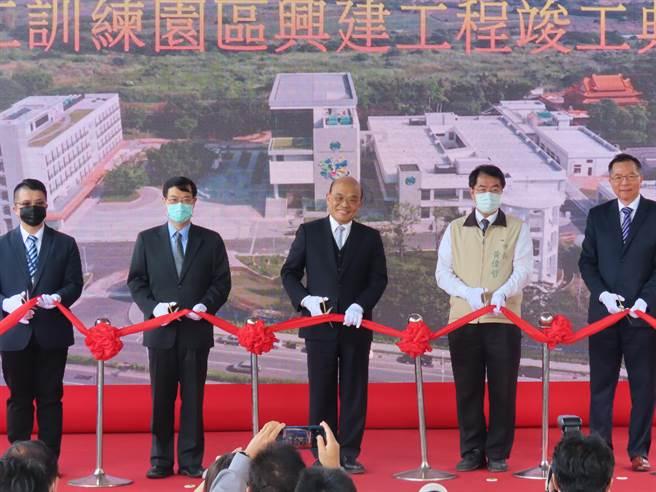 行政院長蘇貞昌14日參與台水員工訓練教育園區剪綵,隨後並巡視園區設備。(莊曜聰攝)