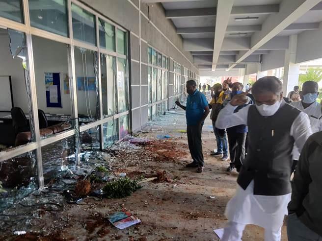 緯創印度靠近班加羅爾廠房遭暴徒毀損,在耶誕旺季前夕而停工兩週,損失更大。(圖/擷取自印度議員S Muniswamy臉書)