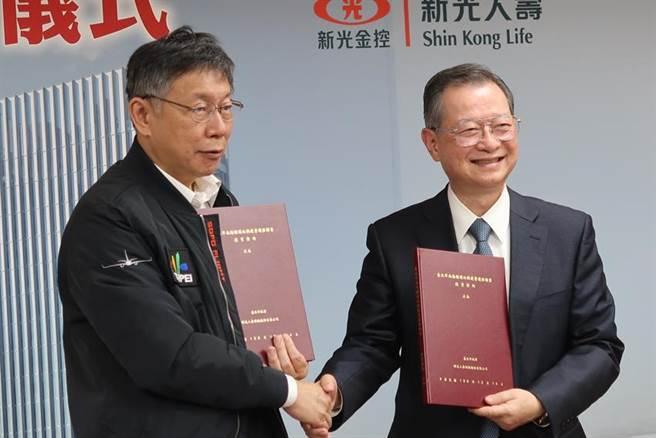 台北市长柯文哲、新光人寿董事长许澎共同签约。图/魏乔怡
