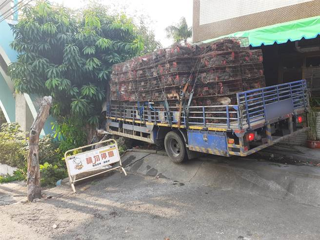 貨車從南投開往彰化,一路下山開到中南路上時候,疑似煞車過熱,導致失靈。(民眾提供/吳建輝彰化傳真)