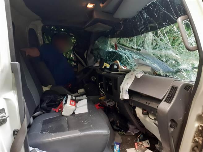 撞擊力道過猛,駕駛被卡在車上動彈不得,所幸送醫後無大礙。(民眾提供/吳建輝彰化傳真)