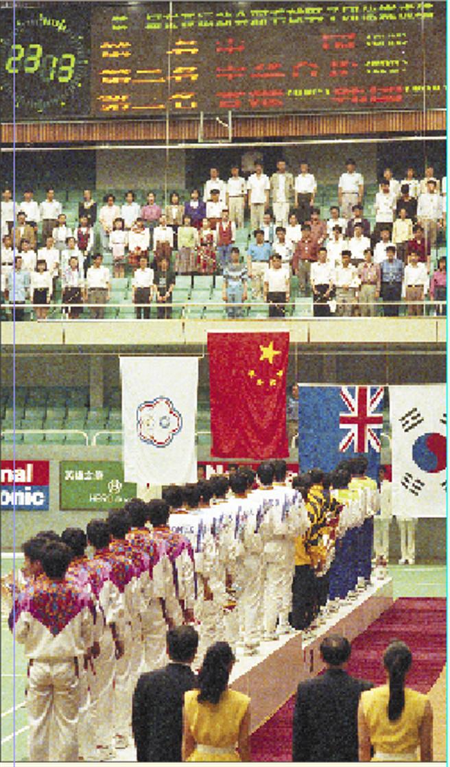 圖為1993年第一屆東亞運動會男子羽毛球賽,中華台北隊獲得銀牌。(本報系資料照片)