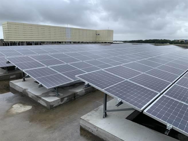 桃捷公司14日舉行桃捷青埔機廠太陽能光電系統啟用典禮,共鋪設11078片太陽能板,預計每年發電可達378萬度,且可供應1040戶家庭用電使用1整年。(姜霏攝)
