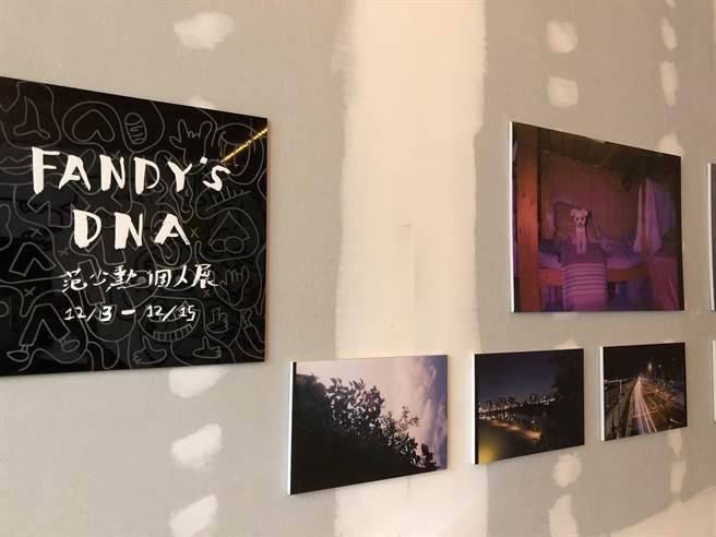 范少勳展內精選24張自己拍攝的照片,分享生活。(江珮瑜攝)