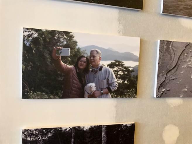 一張側拍父母與愛犬的照片,對范少勳別具意義。(江珮瑜攝)