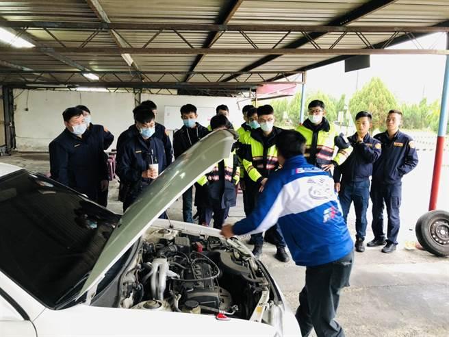 土城分局為保護員警執勤安全,特別邀請專業駕訓班教授車輛安全駕駛訓練課程。(圖由土城分局提供)