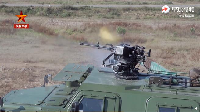 印軍稱購新型武器部署中印邊境班公湖,解放軍在央視亮相突擊車搭載遙控機槍高調對嗆。(圖/央視軍事截圖)