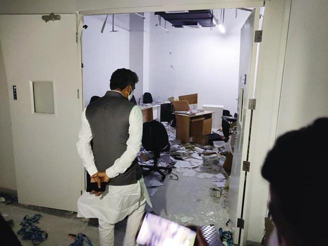 圖為緯創印度廠房暴動後印度議員、警方等人到場視察損害情況。圖/摘自Muniswamy Official臉書