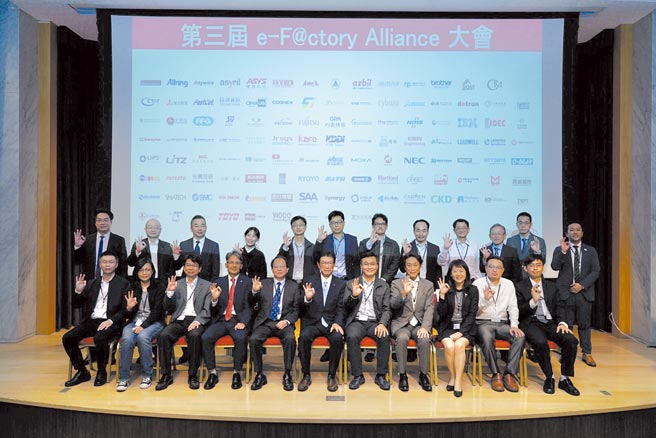 三菱電機台灣代表花岡尚夫(前排左六)、攝陽企業總經理渡邊憲章(前排右四)與團隊及貴賓共同出席本屆大會。圖/業者提供