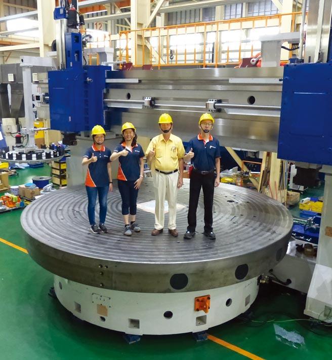 榮田精機公司在董事長陳松田(右二)與特助陳筠翎(右三)、陳政鈞(右一)等精英團隊帶領下,研發生產國內最大型立式車床。圖/莊富安