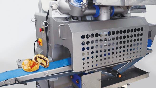 百城HM-588多功能包餡機,可搭載多重餡裝置、固形物裝置、超音波刀等配件,一機多用,適合做為產品品項多的食品生產線主機,產能、性能優異。圖/百城機械提供