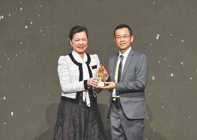 慶鴻機電創新研發的PL6880-高精密磁浮雷射切割機,榮獲第29屆台灣精品金質獎最高榮耀,由經濟部部長王美花(左)親自頒獎、慶鴻機電總經理王陳鴻(右)代表領獎。圖/慶鴻提供