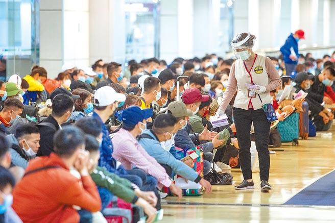 中央流行疫情指揮中心13日公布國內新增3例境外移入新冠確診病例,皆為印尼入境移工。圖為越南移工準備入境居家檢查申報事宜。(陳麒全攝)