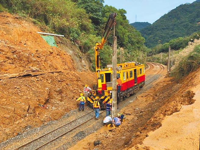 台鐵瑞芳至猴硐段持續搶修中,工程人員進行鋪設鋼軌、架設電力桿等作業。(交通部提供/陳彩玲新北傳真)