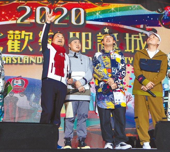 2020新北歡樂耶誕城點燈儀式13日舉行,新北市長侯友宜(左)在玖壹壹樂團成員陪同下主持點燈儀式。(陳怡誠攝)