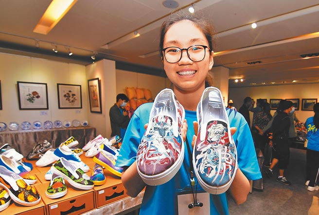 高二學生管若琳的布鞋彩繪作品「龍爭虎鬥」,筆法細膩,令人驚豔。(莊哲權攝)