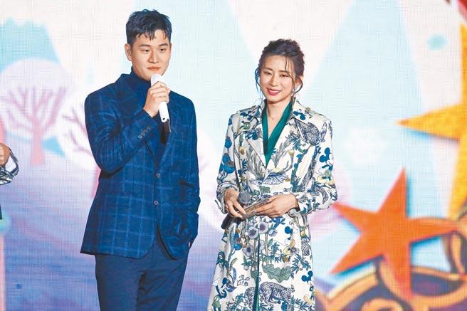 周興哲(左)昨與前女友趙岱新同台。(粘耿豪攝)