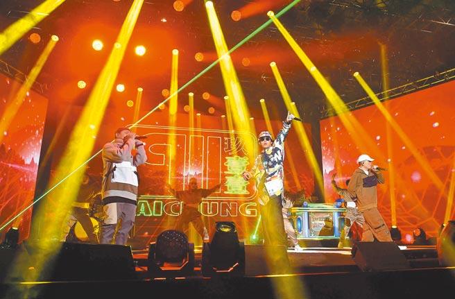 玖壹壹昨帶來新歌〈過來我家坐〉熱唱。(TVBS提供)