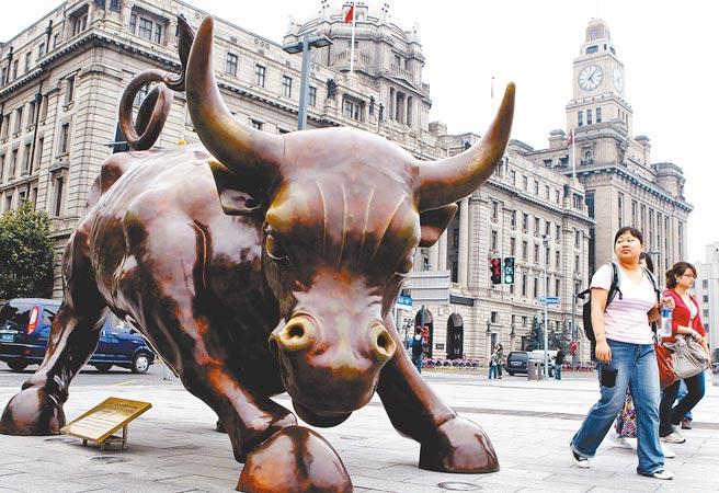大中華股市有望在2021年「牛(扭)轉乾坤」。圖為上海市外灘「金融牛」雕塑。 (新華社資料照片)