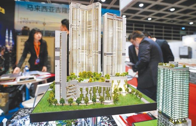 歐美央行印鈔,房市受惠。圖為馬來西亞參展商在香港國際房地產及投資博覽會上,推介吉隆坡樓盤。(中新社資料照片)