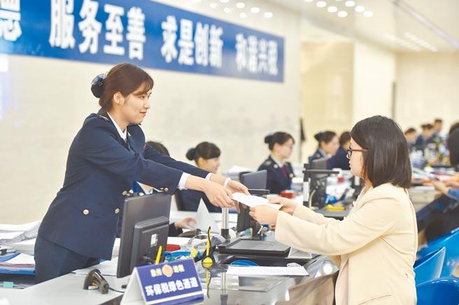 福建泉州一税务大厅,工作人员为民眾办理业务。(新华社资料照片)