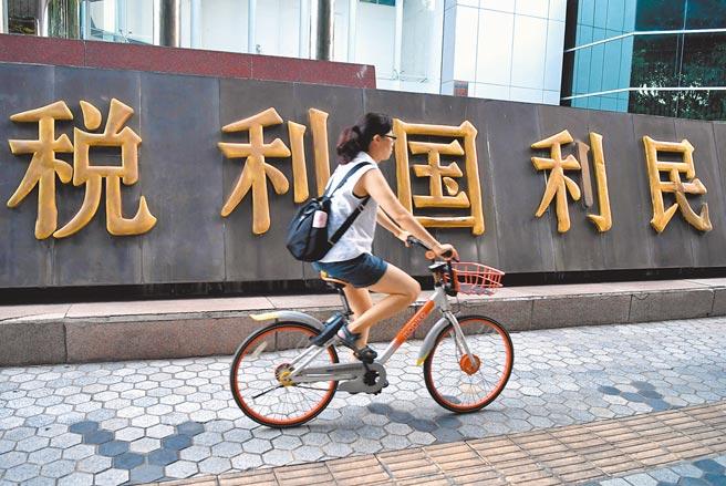 厦门市民从税收宣传标语旁经过。(中新社资料照片)