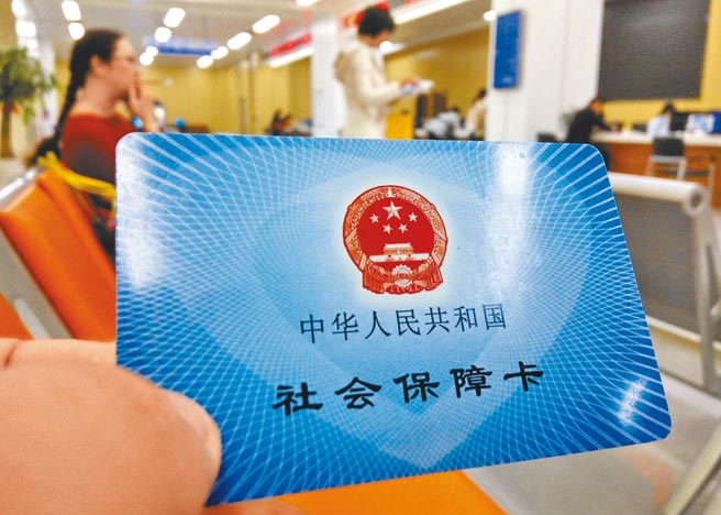 福州市市民服务中心,民眾展示自己的社会保障卡。(中新社资料照片)