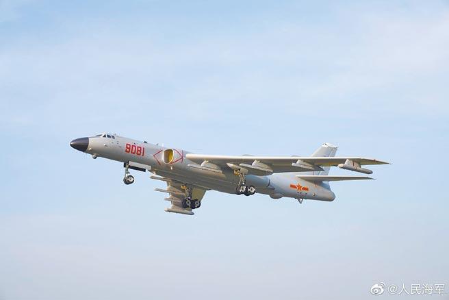 解放軍海軍轟-6J轟炸機。(取自微博@人民海軍)