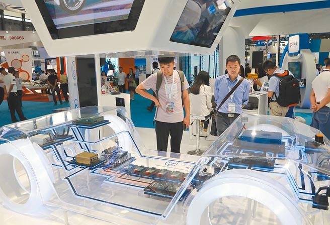 2019年,上海舉辦中國國際半導體博覽會,民眾在汽車晶片展台前駐足觀看。(新華社資料照片)