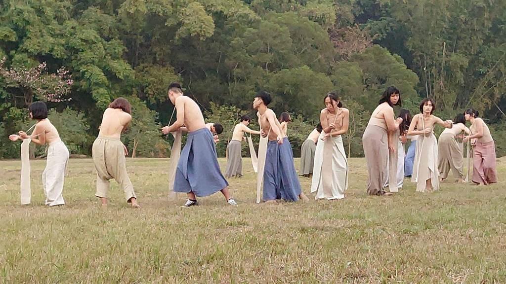 國立台南藝術大學「班芝花劇團」推出一年一度的舞蹈劇場作品《皺皺的海》。(台南藝術大學提供/劉秀芬台南傳真)