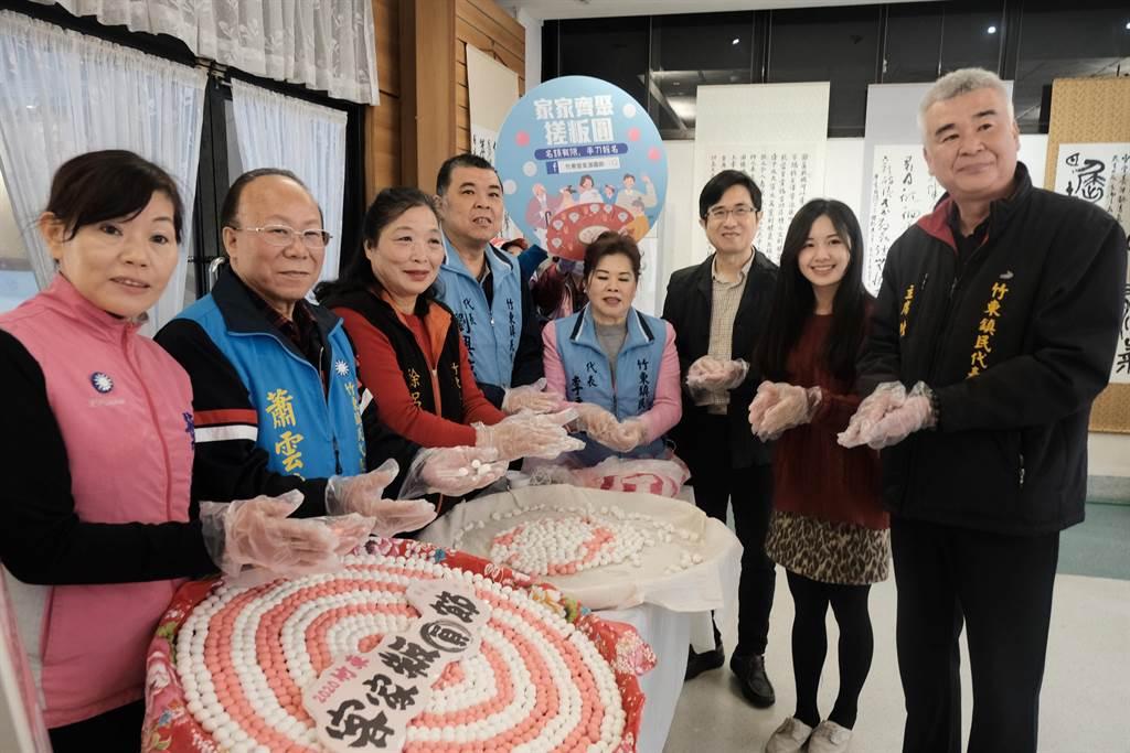 竹東鎮代會主席陳昌平(右)等人邀民眾19日到台泥公園參加邁入第15年的竹東客家粄圓節。(羅浚濱攝)