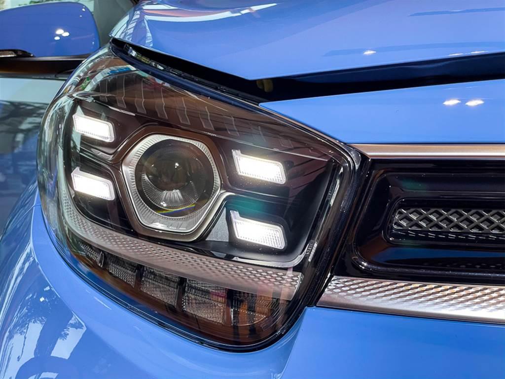日行燈採用四點式LED,搭配投射式頭燈,相當吸睛。