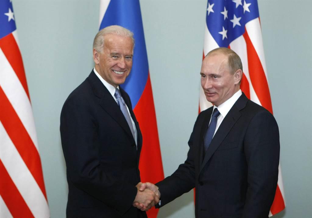 選舉人投票結果由拜登以306張票勝出後,俄羅斯總統普丁正式祝賀拜登勝選,並準備好與拜登政府接觸合作。圖為2011年拜登訪俄時,與普丁握手。(美聯社)
