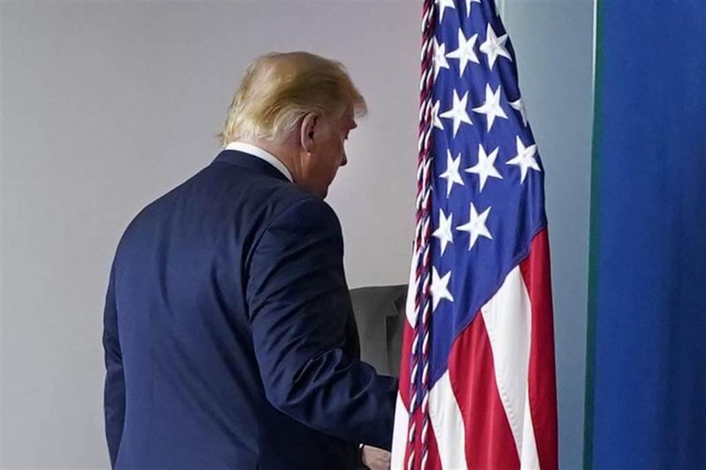 據《福斯新聞》 公布的民調指出,將近42%的註冊選民認為川普將已史上最糟總統之姿下台。(美聯社)
