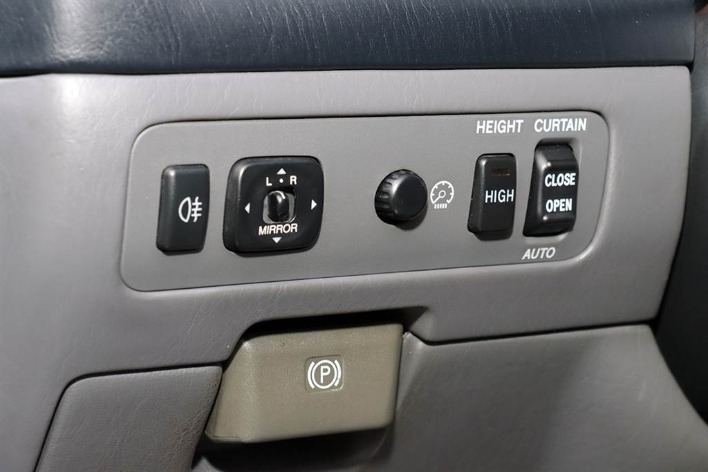 左下角比較特別的是後座窗簾調整,以及車高調整的機構。
