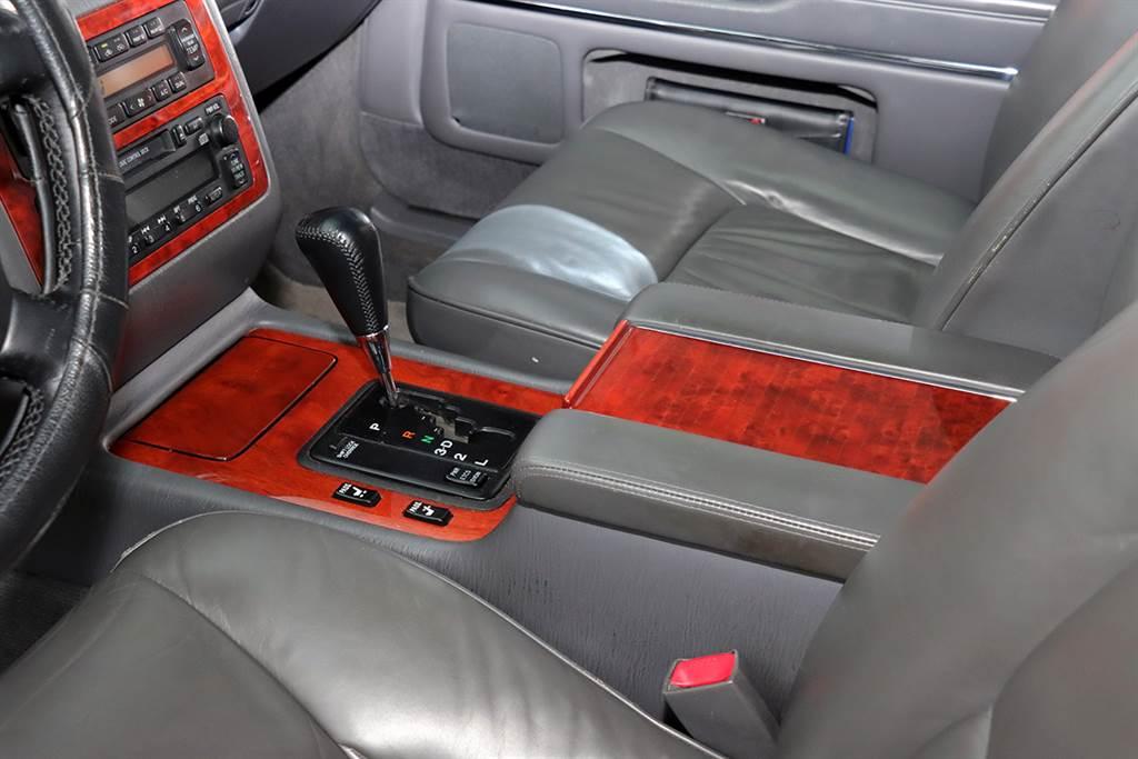為方便司機移動副駕駛座,其按鈕設計在排檔座的左邊。