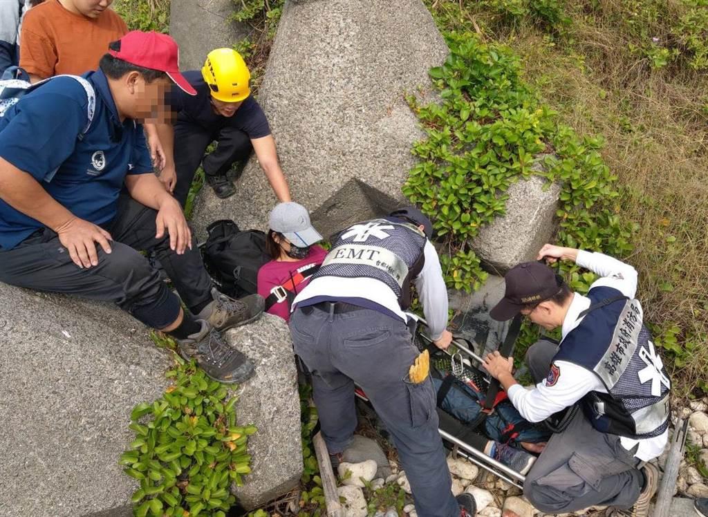 49歲林姓女子和家人到「柴山阿朗壹」探險,不慎摔斷腿,幸好家人準確說出關鍵字「消坡塊」,才讓救難人員順利找到患者、協助搬運送醫。(民眾提供/袁庭堯高雄傳真)