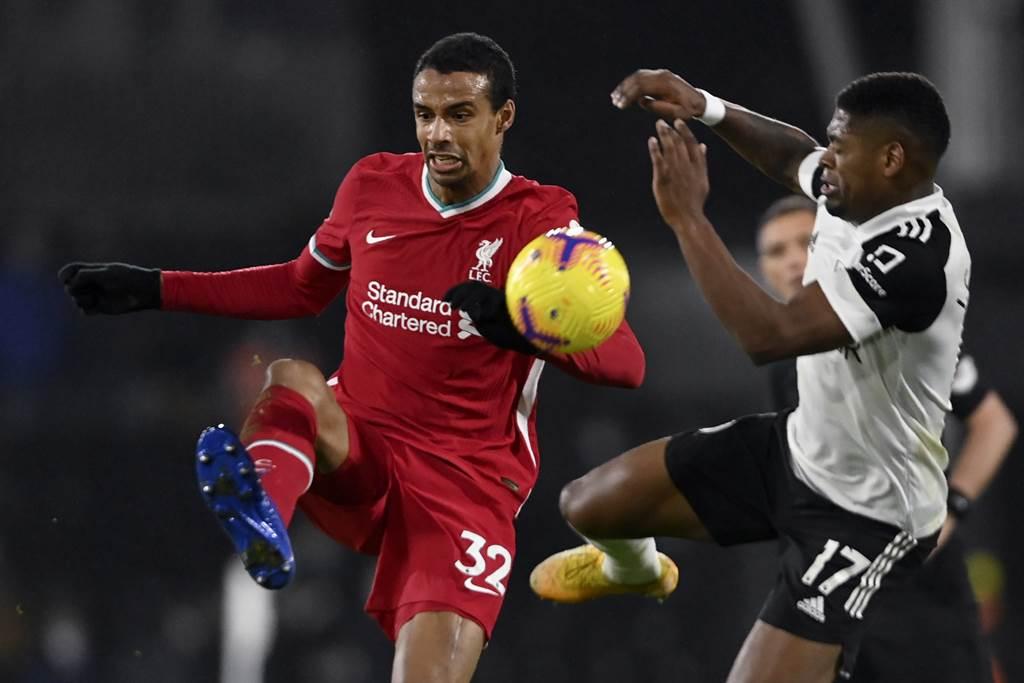 喀麥隆後衛馬提普(左)上役背傷退場,利物浦最終1比1驚險逼和富勒姆。(美聯社)